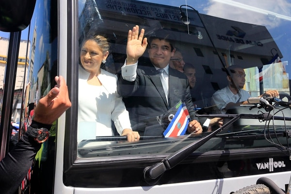El presidente Carlos Alvarado y la primera dama, Claudia Dobles, a su llegada a la Plaza de la Democracia, en el bus de hidrógeno de Franklin Chang. Foto: Rafael Pacheco