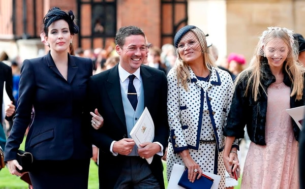 Liv Tyler, Dave Gardner, Kate Moss y Lila Grace Moss Hack. (Photo by Alastair Grant / POOL / AFP)
