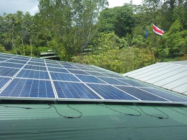 Paneles solares colocados en uno de los edificios de la reserva privada, ubicada en la provincia de Heredia. Foto: Cortesía de Carlos Luis de la Rosa, director de La Selva