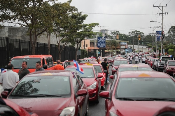Los taxistas ejercieron presión mediante tortuguismo desde el martes. Este miércoles estuvieron frente a Casa Presidencial, en Zapote. Foto Jeffrey Zamora