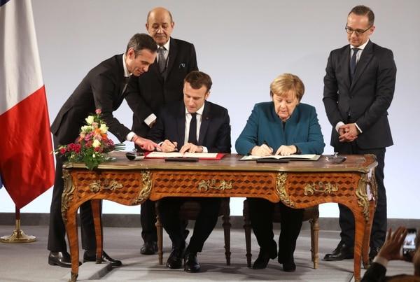 El presidente francés, Emmanuel Macron, y la canciller germana, Ángela Merkel, firmaron el 22 de enero del 2019, en la Aquisgrán, Alemania, el nuevo tratado de amistad entre sus países.