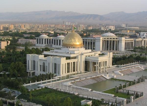 El Palacio Presidencial, hecho de mármol, está situado en la capital Asjabad.