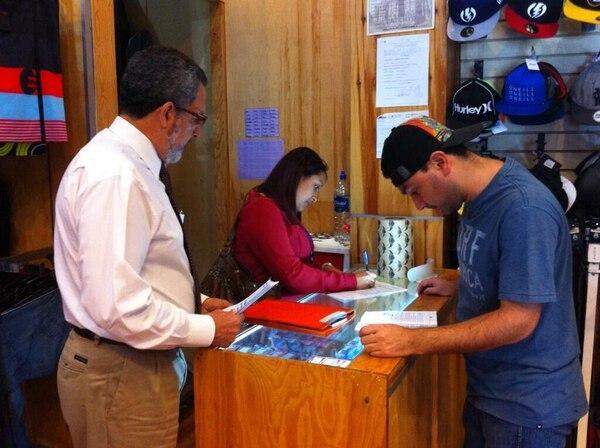 Olman Segura, ministro de Trabajo, participó de las visitas a comercios programadas por esa institución en procura del pago a tiempo del aguinaldo.