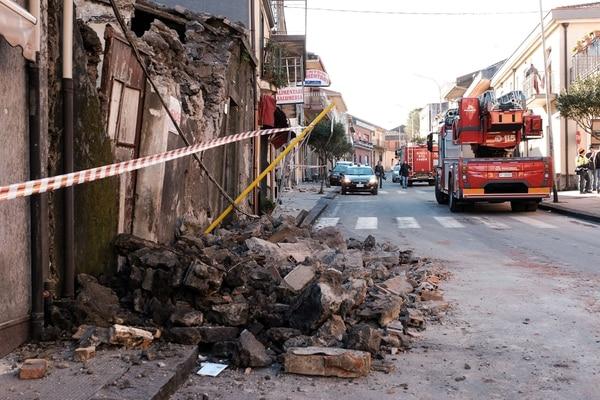 El sismo que se registró este miércoles 26 de diciembre del 2018 provocó el desplome e este muro en Zafferana Etnea, cerca de la ciudad siciliana de Catania.