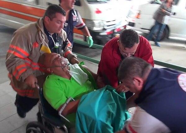 Poco después de las 2 p. m. los socorristas llegaron al Hospital Calderón Guardia con el paciente.