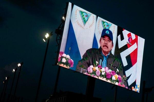 Vista de una pantalla que transmite al presidente Daniel Ortega durante el 125 aniversario del nacimiento del general Augusto C. Sandino en Managua el 18 de mayo de 2020. Foto: Inti Ocon / AFP