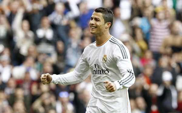 El delantero del Real Madrid Cristiano Ronaldo festeja uno de sus goles ante la Real Sociedad en el estadio Santiago Bernabéu.
