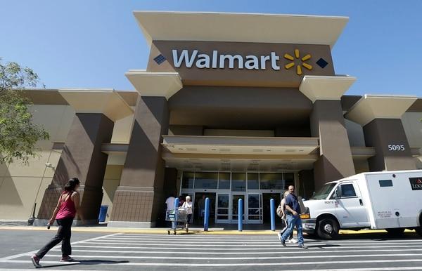 Además de los aumentos de salario, Walmart planea hacer cambios en el horario de los trabajadores y dar cursos de capacitación a empleados de ventas. Fachada de un almacén en San José, California.