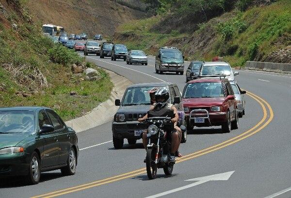 Oficiales de tránsito velarán por el ordenado regreso por la ruta de Caldera, este lunes. | ARCHIVO.