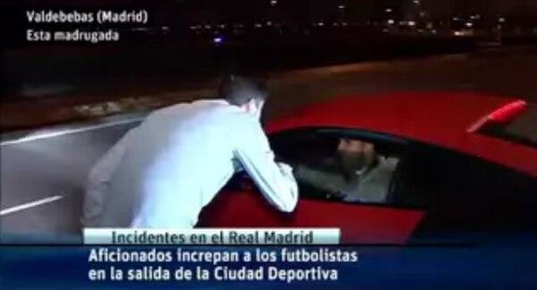 Un aficionado increpa al atacante Jesé Rodríguez.