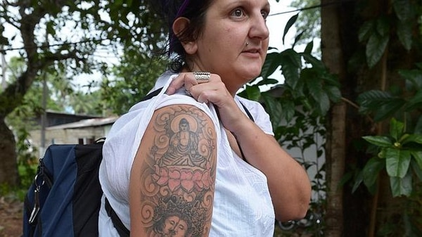 Naomi Michelle Coleman fue deportada por ese tatuaje de Buda en su brazo; sin embargo, en una resolución de noviembre del 2017, el Tribunal Supremo de Sri Lanka ordenó indemnizar a la británica con 5.200 euros porque no se respetaron sus derechos al momento de la deportación. Fotografía: AFP.
