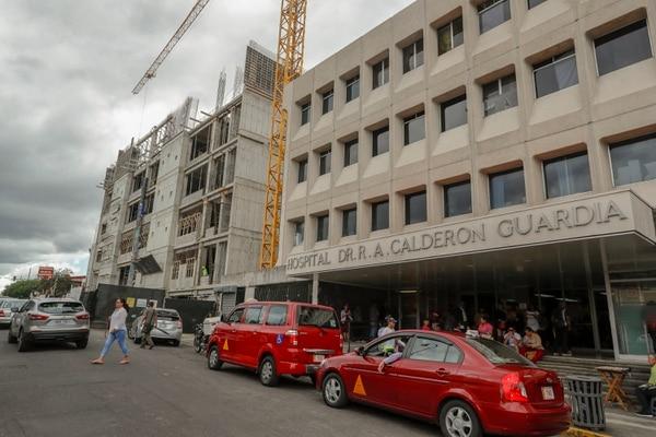Los buses que pasan por el Hospital Calderón Guardia cambiarán recorridos por construcciones en ese centro médico. Fotografía José Cordero