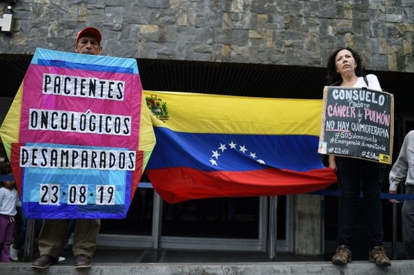 Pacientes y sobrevivientes del cáncer protestan a la escasez de medicinas y suministros médicos en hospitales públicos, al frente de la sede del Instituto Venezolano de Seguridad Social (IVSS) en Caracas el 23 de agosto, 2019. Foto: AFP.
