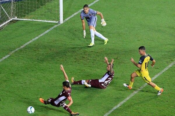 David Ramírez y Ulises Segura fueron de los jugadores morados que más opciones de gol tuvieron ante el marco defendido por Vladimir Vujasinovic, en el duelo entre Saprissa y Liberia. | RAFAEL PACHECO