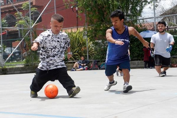 Fabricio (ropa azul) es el organizador de la Selección de Fútbol Talla Baja Costa Rica. En la imagen aparece en un entrenamiento. Foto: Gesline Arango