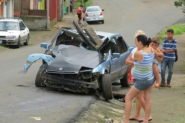El vehículo sufrió serios daños debido al impacto. | CARLOS HERNÁNDEZ.