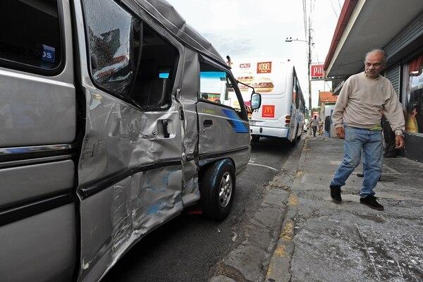 Rafael Alvarado, chofer de la buseta, dijo que otro conductor le dio espacio para cruzar en una presa, pero venía un bus que lo impactó. | ALBERT MARÍN.