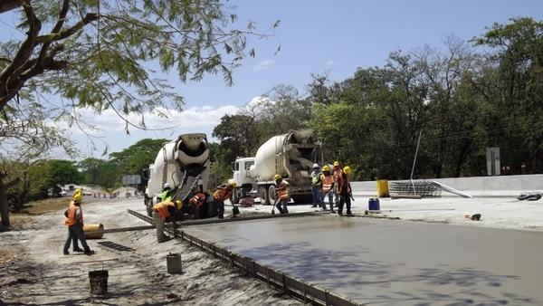Los cuatro carriles y los 36 puentes del proyecto Cañas-Liberia estarán listos en agosto del 2015.