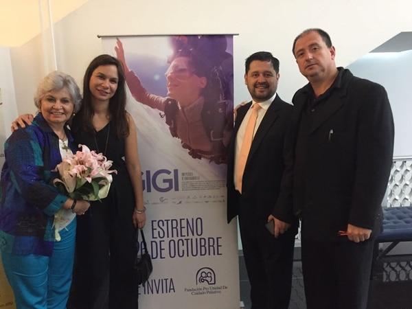 En la imagen posan la doctora Lisbeth Quesada, la directora Erika Bagnarello y David Barboza, esposo de Gigi (de camisa blanca).