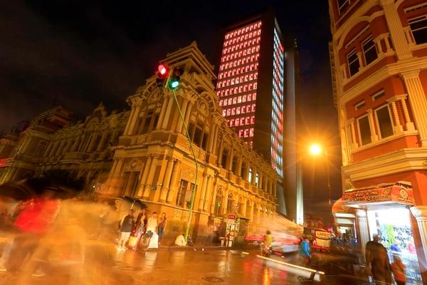 A los peatones que caminan por las inmediaciones del Banco Nacional les llama la atención la iluminación que aplicaron en la sede bancaria. Foto: Rafael Pacheco