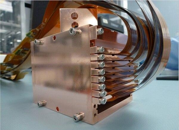 Los detectores de materia oscura que se encuentran en el SNOLAB están conformados por una caja de cobre con ranuras en las que se insertan ocho CCD o dispositivos fotosensibles. Estos pretenden funcionar como detectores de partículas masivas de interacción débil (WIMPs, por sus siglas en inglés). Según teorizan algunos científicos, ese tipo de partículas son las que podrían conformar la materia oscura. | ÁLVARO CHAVARRÍA PARA LN.