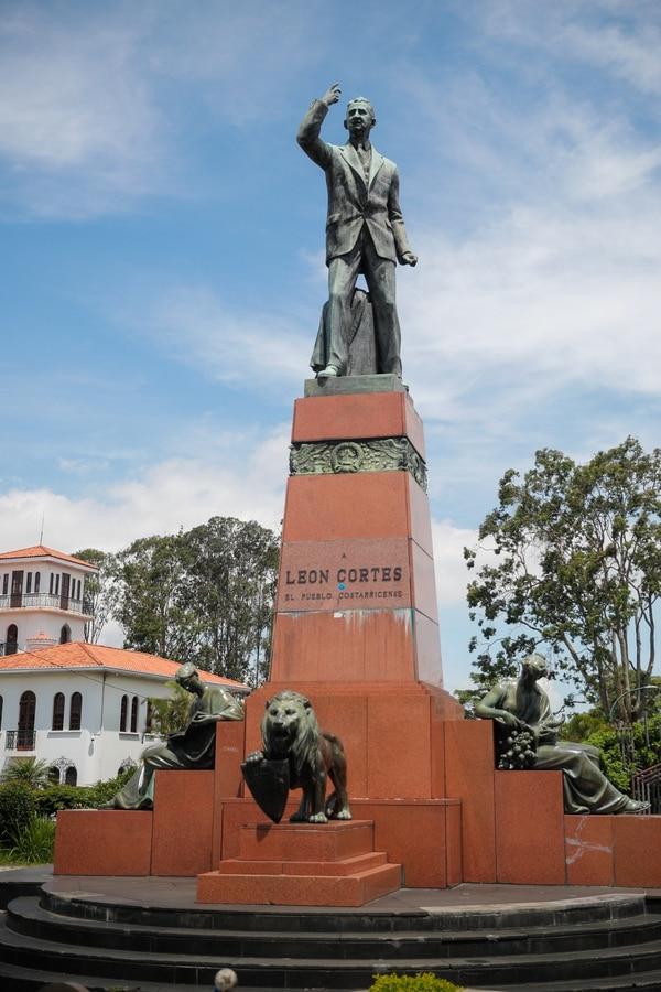 Una vista de la estatua a León Cortés Castro, que se ubica en La Sabana, 68 años después de su inaguración. Foto: Jeffrey Zamora.