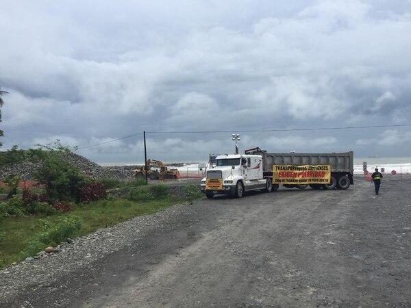 Coopetrauli, una de las cooperativas involucradas en la protesta en la carretera de acceso al nuevo muelle de Limón, colocó este camión con el mensaje:
