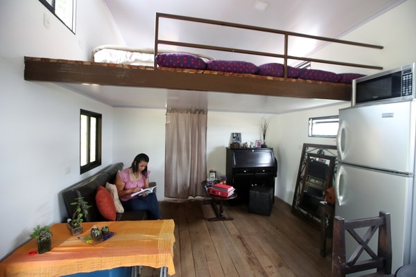 Así es la 'tiny house' de Viviana Mora. Se ve muy cómoda, aunque mida solo 19 metros cuadrados. Ella duerme en la parte superior de la casa, donde tiene un mezzanine con la cama. Fotografía: John Durán