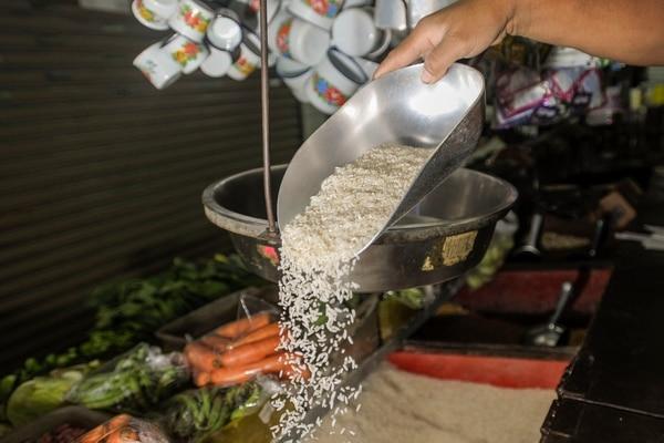 Aunque las empresas importen arroz más barato que el precio local, pagando los aranceles del 35%, no pueden colocarlo a menor costo al consumidor final porque el valor está fijado por ley. Esto motiva el añadido de productos de regalo a la bolsa del grano, una práctica prohibida desde abril del 2017. Foto: Alonso Tenorio