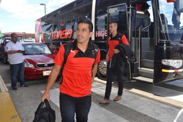 Los jugadores Álvaro Sánchez y Elías Palma viajaron rumbo a Canadá en el grupo que salió ayer a la 1 p. m.   SHIRLEY VÁSQUEZ