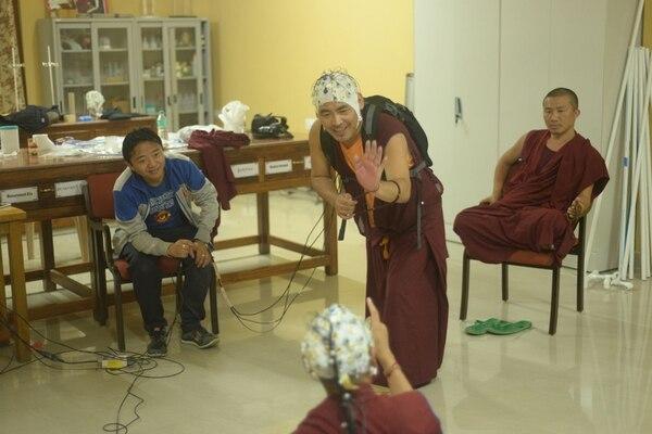 A través de sensores, los neurocientíficos monitorean cómo reacciona el cerebro de los monjes budistas tibeteanos durante un debate. También se los colocan durante las sesiones de meditación que ellos suelen realizar. | BRYCE JOHNSON PARA LN