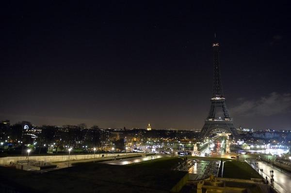 La Torre Eiffel apagó sus este jueves como señal de luto por los atentatos vividos en Francia