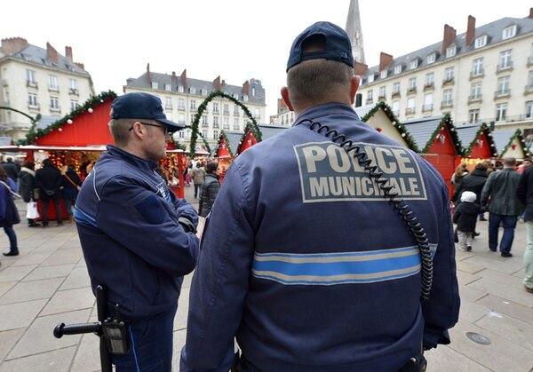 Policías municipales vigilan el mercado navideño de la ciudad de Nantes, donde el lunes un automovilista atropelló a 11 personas. Una de ellas se encuentra en situación de muerte clínica. | AFP