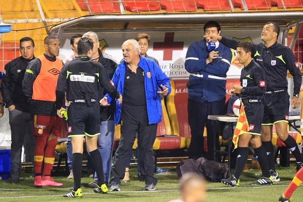 El técnico de Herediano, Odir Jacques, reclama la decisión del silbatero Henry Bejarano de expulsarlo en el juego ante la Liga.   RAFAEL PACHECO