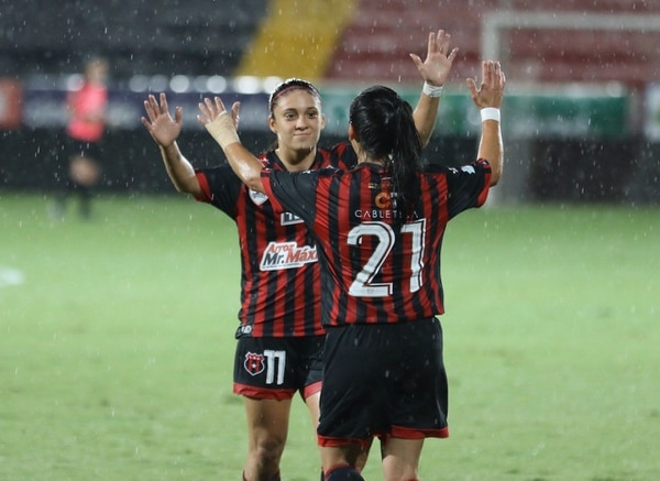En una noche de lluvia, Priscilla Chinchilla (11) y y Lixy Rodríguez (21) marcaron doblete contra Dimas Escazú en el Morera Soto. Fotografía: Rubén Murillo / Prensa Alajuelense