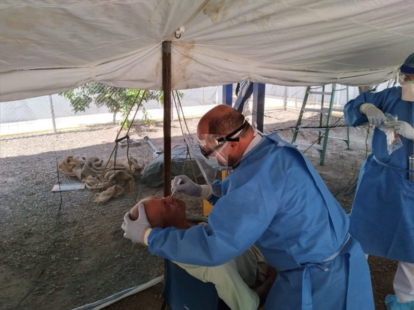 Max Rojas Camacho, médico del servicio de Urgencias del Área de Salud, en La Cruz, Guanacaste, coordina las acciones de respuesta rápida contra covid-19 en ese cantón, uno de los puntos críticos en la frontera norte costarricense. Foto: cortesía