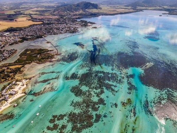 El derrame de crudo se apreciaba el sábado 8 de agosto del 2020 cerca del Parque Marino Blue Bay, en la costa sureste de Mauricio. AFP