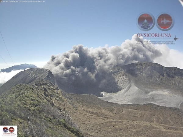 La expulsión de ceniza alcanzó al menos 500 metros de altura, reportó Ovsicori.
