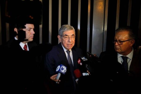 El expresidente Óscar Arias ofrece declaraciones después de declarar en la Fiscalía General por el caso de la mina Crucitas. Con él, los abogados Rodolfo Brenes y Francisco Castillo.