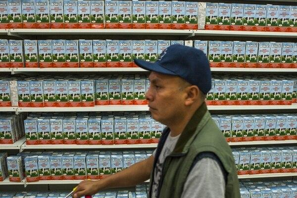 Un hombre realiza sus compras en un supermercado