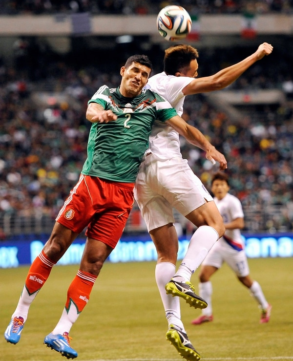 Francisco Javier Rodriguez de México disputa un balón con el jugador de Corea del Sur Kim Shin-Wook durante el fogueo de este miércoles.