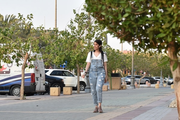 Saudi Manahel al-Otaibi, de 25 años, camina con atuendo occidental por la calle al Tahliya, en Riad. Foto: AFP
