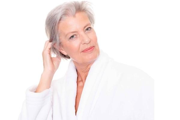 La cana suele ser amarilla o blanca muy gruesa u opaca. Por ello se recomiendan tratamientos hidratantes que suavicen el cabello para que sea más manejable.