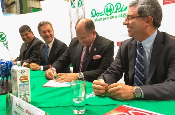 El presidente Luis Guillermo Solís firmó el crédito. | CORTESÍA PRESIDENCIA.