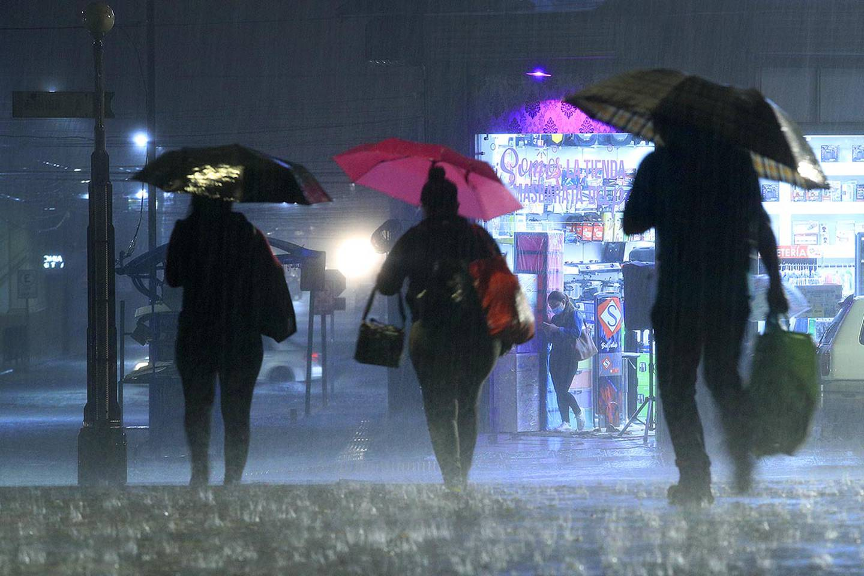 El paso de la onda tropical N.° 26 dejó una tarde y noche de sábado con lluvias entre moderadas y fuertes como estas en Cartago. Foto: Rafael Pacheco.
