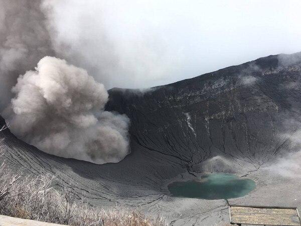 Este 29 de setiembre técnicos de la RSN que daban mantenimiento a los equipos captaron una de las erupciones de ceniza que se han intensificado en el volcán Turrialba.
