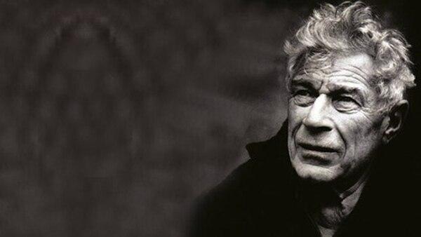 John Berger, fotografiado por Jean Mohr, con quien colaboró en el libro 'Un séptimo hombre'.