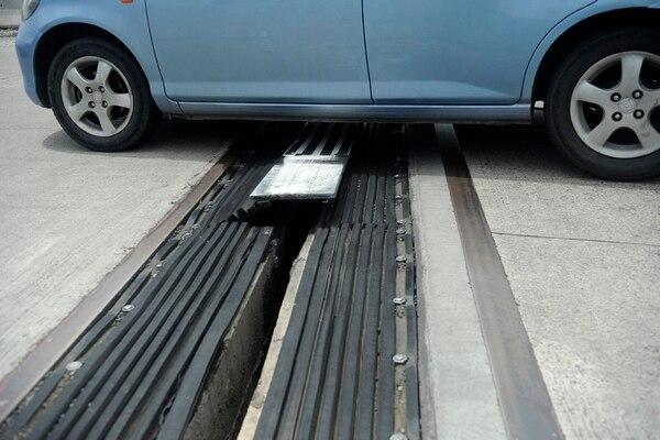 La junta de expansión del sector sureste de la rotonda de Paso Ancho sufrió el desprendimiento de una placa metálica que causa problemas de tránsito a los usuarios
