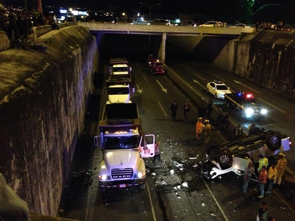 Incidente se produjo la madrugada de este sábado en el paso a desnival en San Sebastián.
