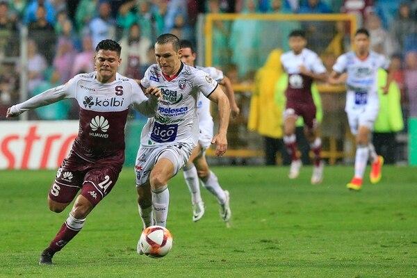 Diego Madrigal en el primer partido de la final del Clausura 2019 marcó al saprissista Suhander Zúñiga. Fotografía: Rafael Pacheco